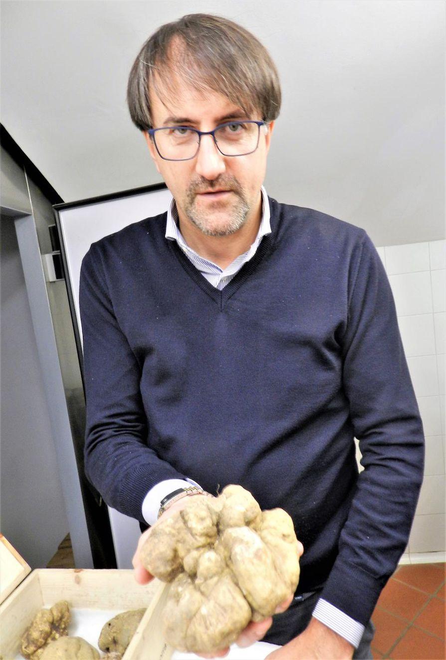 Alessandro Bonino myy Alban tryffeleitä ravintoloitsijoille ympäri maailmaa. Tästä puolen kilon tryffelistä maksetaan noin 3500 euroa.