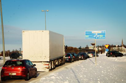 Jono rajalla venyi parin kilometrin mittaiseksi, kun ihmiset ryntäsivät Ruotsiin ostoksille