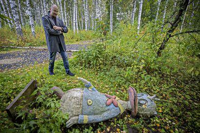 Pusikkoon tuupattu Aku Ankka pääsee taas jaloilleen – Teijo Hildén huusi Oulun Saarelansaaren hirsitalon 8000 eurolla, jatkaa galleriatoimintaa ja kunnostaa veistospuiston