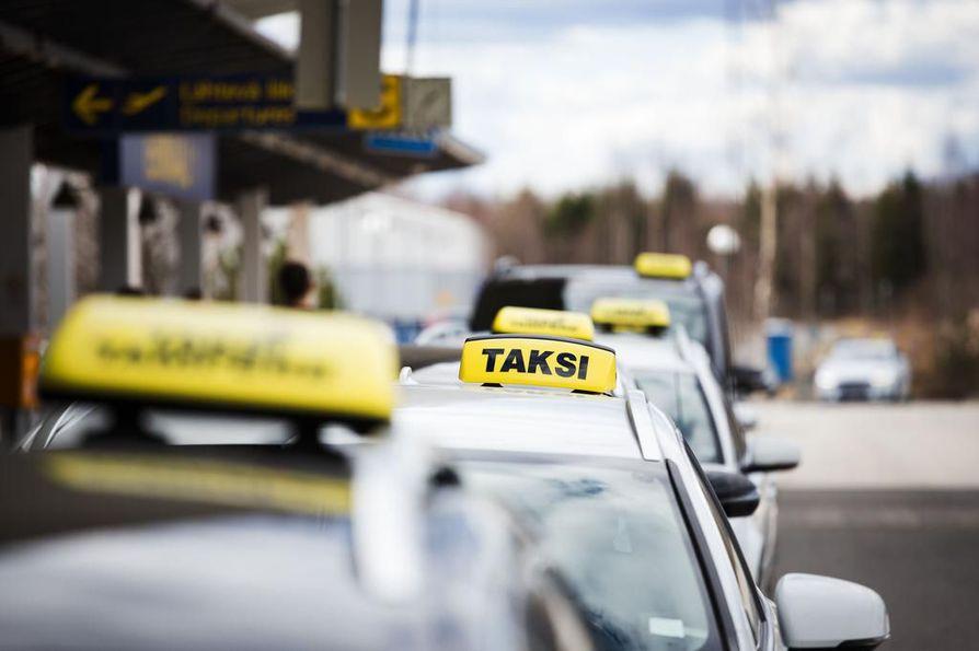 Traficomin tieliikennejohtajan Marko Sillanpään mukaan taksien määrä ei ole vähentynyt missään maakunnassa.