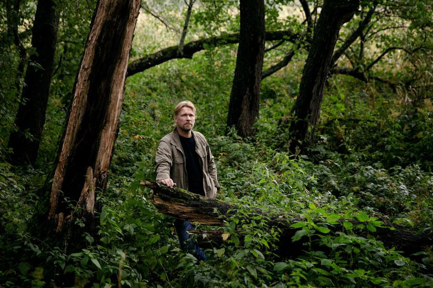 """Suomalaisuuteen usein liitettävä luonto on näyttelijä Matti Ristiselle tärkeä paikka. Vastakkainasettelu maaseudun ja kaupungin välillä on hänestä kuitenkin turha. """"Elämän rytmi on hieman erilainen, mutta ihmiset ovat ihan samoja."""""""