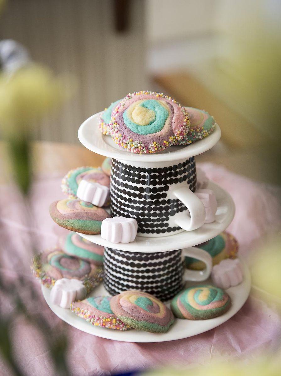 Sateenkaarikeksit ovat juhlapöydän ilostuttaja. Viitseliäs leipoja kierittää reunat nonparelleissa, mutta yhtä hyviltä ne maistuvat, vaikka koristelun jättäisi väliinkin.