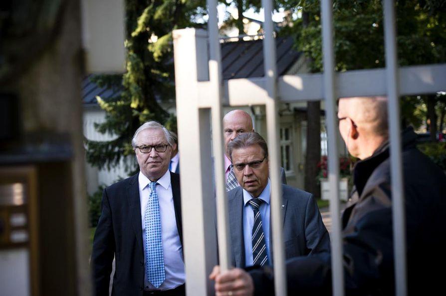Työmarkkinajärjestöjen johtajat Lauri Lyly (SAK), Sture Fjäder (Akava) ja Antti Palola (Sttk) tapasivat toimittajat Kesärannan edustalla keskusteltuaan hallituksen kanssa työehtojen kiristymisestä. Arkistokuva.