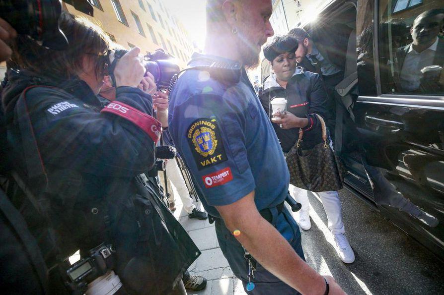 Asap Rockyn äiti Renee Black (oik.) saapui oikeuteen Tukholmassa torstaina.