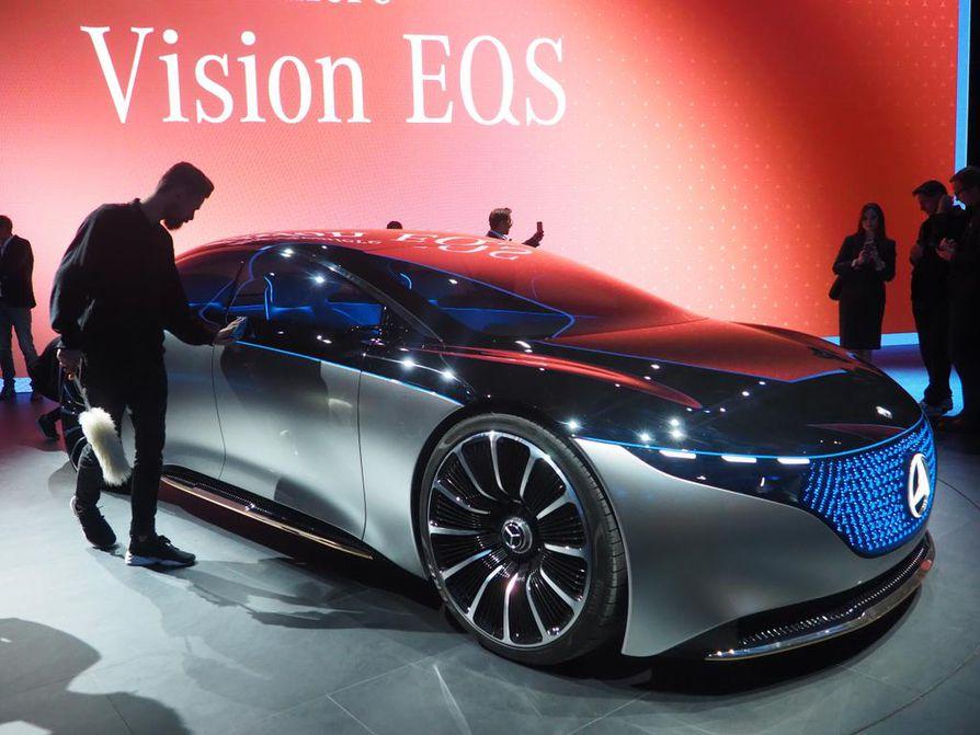Mercedes-Benzin sähköisestä EQS-edustusautosta tulee totta vasta muutaman vuoden päästä. Sitä ennen saatetaan nähdä Suomessakin valmistettavan A-sarjan kokoinen täyssähkömalli.