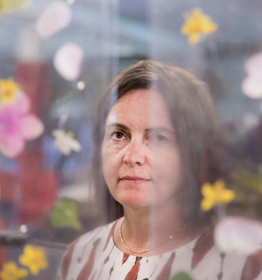Pirjo Yli-Maunula Oulusta yllättyi iloisesti Pro Finlandia -mitalista. Kuvassa hän on palkitun immersiivisen teoksensa The Secret Gardenin sisällä Kempeleen puutarhaoppilaitoksen tiloissa 2018.