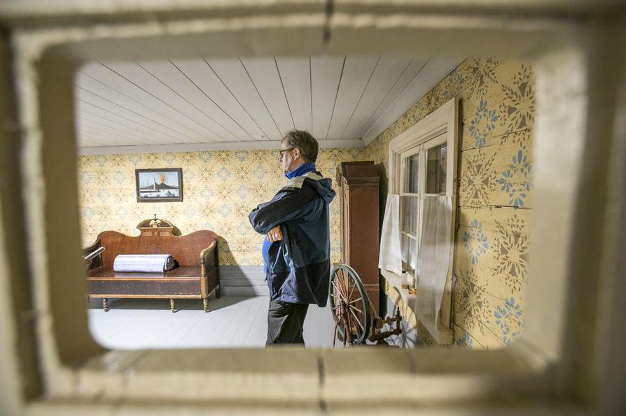 Merimiehenkotimuseon ovessa oleva luukku on peruja ajalta, kun talossa toimi maitomyymälä, kertoo Raimo Tikka.