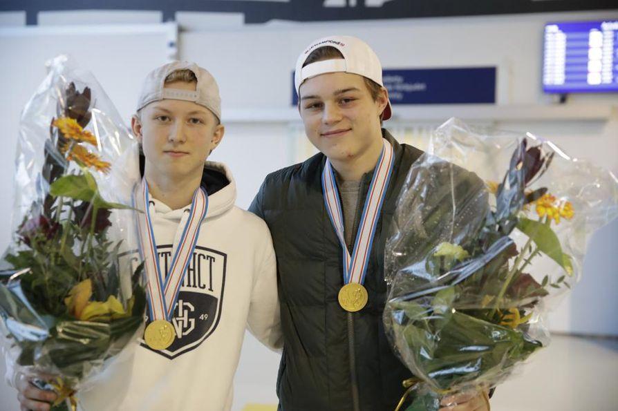 Aleksi Heponiemi (vas.) ja Rasmus Kupari ottivat ensi töikseen vastaan Kärppien urheilutoimenjohtajan Harri Ahon onnittelut ja kukkapuskat.