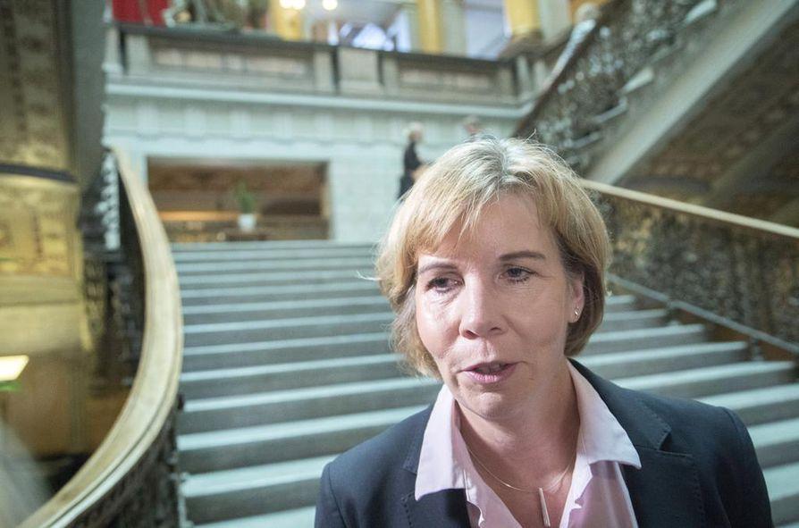 Rkp:n puheenjohtaja Anna-Maja Henriksson kertoi, että hänen kalenterissaan ei ole tänään takarajaa puheenjohtajien talouskeskustelulle.