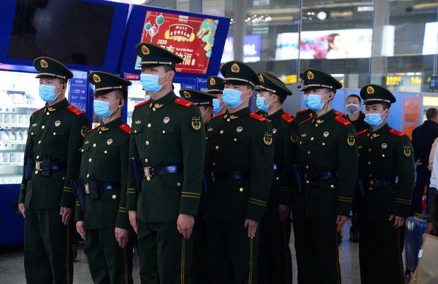 Kiinalaiset poliisit käyttivät maskeja Hongqiaon juna-asemalla Shanghaissa. 17 ihmistä on kuollut ja 450 saanut tartunnan koronaviruksesta keskiviikkoiltaan mennessä.