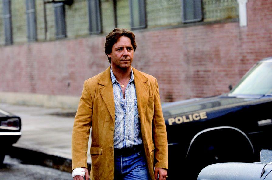 Russell Crowe on poliisi tositapahtumiin perustuvassa American Gangster -elokuvassa.