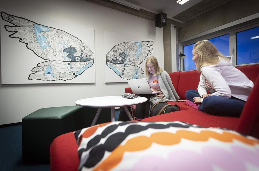 Lukiolaiset Pinja Sipovaara (vas.) ja Roosa Hirvaskoski tykkäävät tehdä koulutöitä nuortenosastolla.