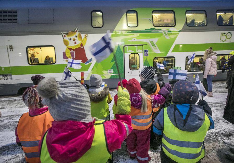 VR:n juhlajuna pysähtyi  marraskuun lopussa 2017  Kempeleessä. Erikoisvuorolla juhlistettiin kymmenen vuotta kestänyttä Seinäjoen ja Oulun välistä pääradan perusparannusta.