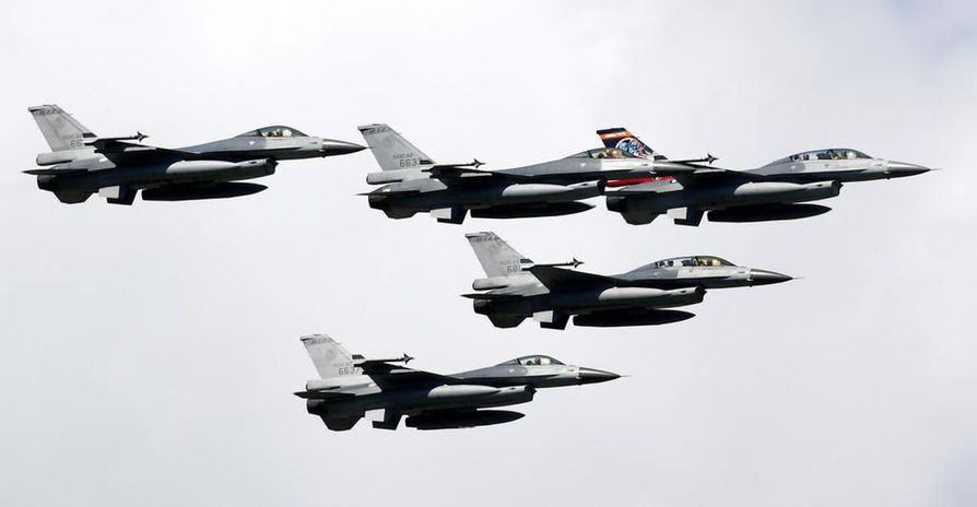 Taiwanin ilmavoimien F-16-hävittäjiä lentonäytöksessä syyskuussa 2017. Yhdysvallat myy Taiwanille lisää samantyyppisiä hävittäjiä.