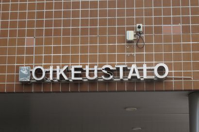 Taiteilija Marko Kaiponen painatti Suomen lippuun kuolinilmoituksen ja ruumiinavauspöytäkirjan tietoja, poliisi poisti näyttelystä ja tuhosi Pudasjärvellä esillä olleen teoksen – Oikeus hylkäsi syytteet
