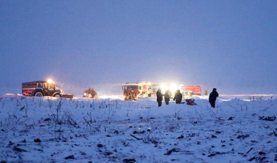 Pelastajat tutkivat aluetta, minne lentokone putosi sunnuntaina iltapäivällä.