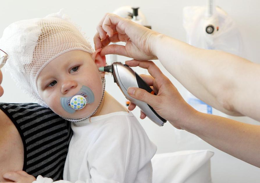 Sairaanhoitaja Anne Märsy mittaa Tuulia Suomisen lämmön Oulun yliopistollisen sairaalan lastenosastolla. Puolitoistavuotias tyttö tuli lääkäriin monta päivää kestäneen lähes 40 asteen kuumeen takia. Syyksi paljastui virtsatietulehdus.