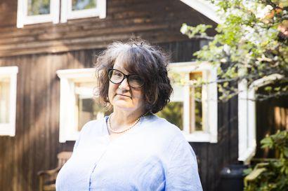 """Seksuaalirikoksen jälkeen pikkukaupunkiin laskeutui hiljaisuus, ja Monika Fagerholm kiinnostui: """"Rikkaat voivat maksaa hiljaisuuden rahalla"""""""