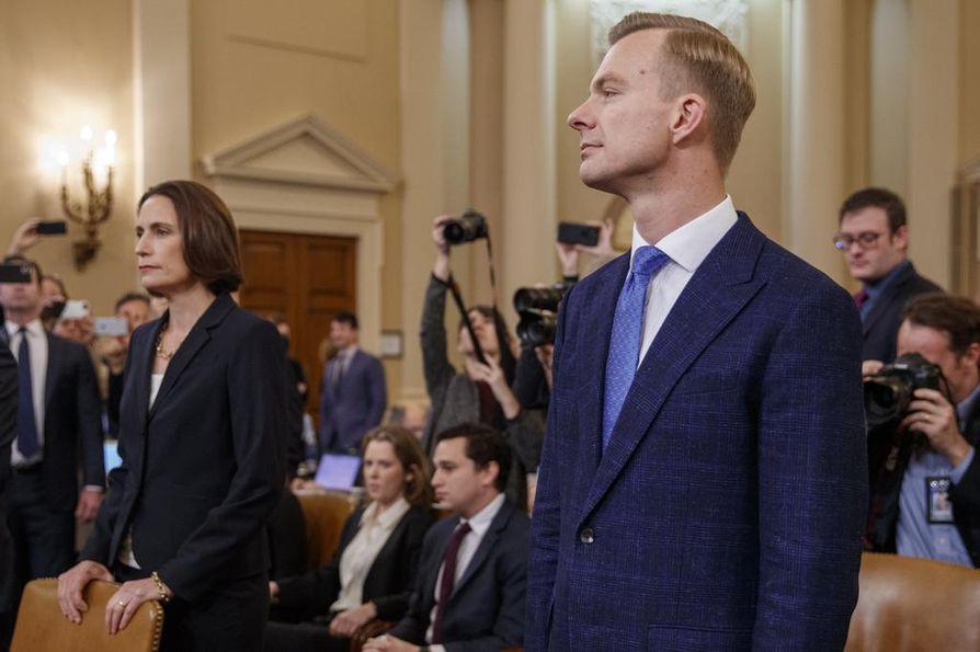 Fiona Hill (vas.) ja David Holmes valmistautuivat todistamaan edustajainhuoneen tiedustelukomitean julkisessa kuulemisessa Washingtonissa torstaina.