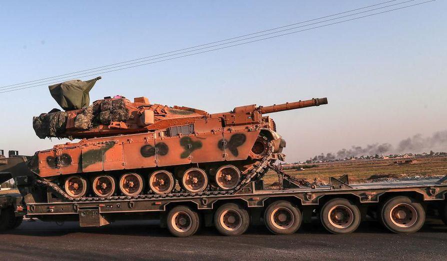 Turkki kuljetti panssarivaunujaan Syyriaan rekoilla sunnuntaina 13. lokakuuta.