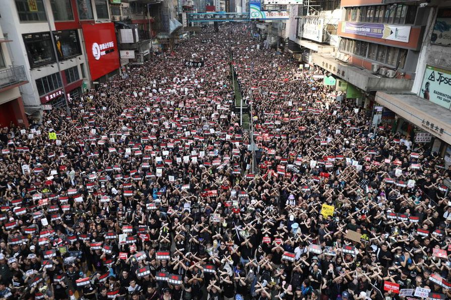 Hongkongilaisten mielenosoitusinto ei näytä laantumisen merkkejä. Mielenosoitukset vaativat lauantaina ensimmäisen kuolonuhrin.
