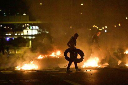 Sadat mellakoitsijat heittelivät poliiseja kivillä ja sytyttivät useita tulipaloja Ruotsin Malmössä
