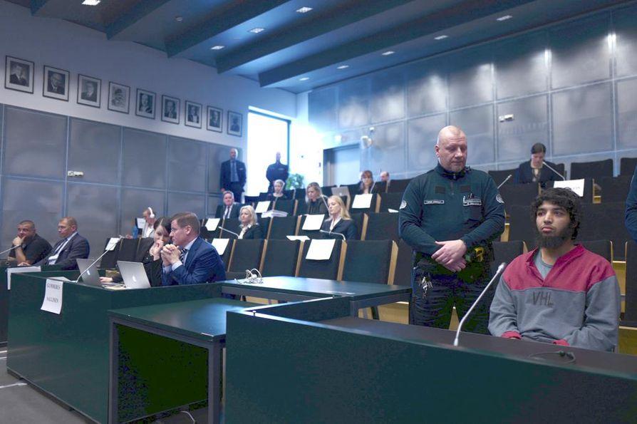 Turun puukotuksen käräjäoikeusistunnot järjestettiin keväällä 2018 Turun vankilassa. Abderrahman Bouanane (oik.) tuomittiin puukkoiskusta elinkautiseen vankeuteen.