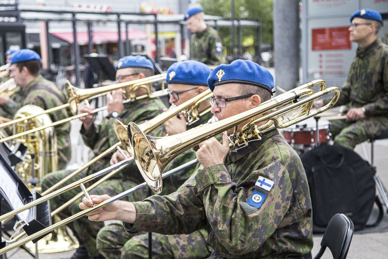 Arvostelu: Sotilassäveliä muistojen monenkirjavilta nuottilehdiltä