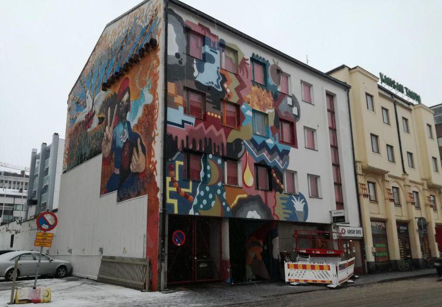 Järjestötalon julkisivua on maalattu torstain ja perjantain aikana.