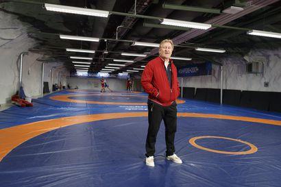 """70 vuotta täyttävä Pertti Ukkola päätti 16-vuotiaana, että paini on hänen lajinsa – Ikä ei paina olympiavoittajaa: """"Tunnen olevani 45 tai 50, minä taistelen"""""""