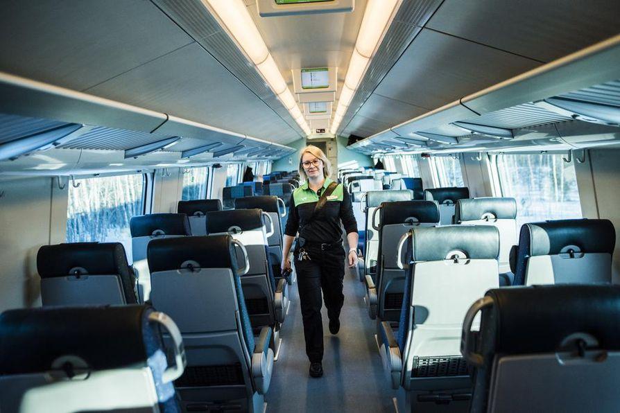 """Konduktööri Ellinoora Väänäsen mukaan junien myöhästymiset kaadetaan usein henkilökunnan niskaan. """"Mutta onhan se ihan ymmärrettävää, jos ihmisillä on kiire"""", Väänänen sanoo."""