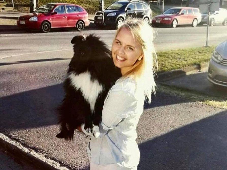 Rovaniemeläinen Jenni Hollender yhdessä Jaska-koiransa kanssa.
