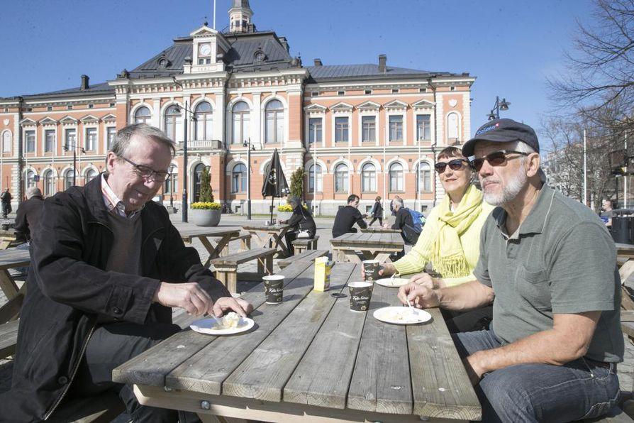 Kuvassa omenahyvettä maistamassa Markku Lind (vas.), Marja Turunen ja Oskari Turunen.