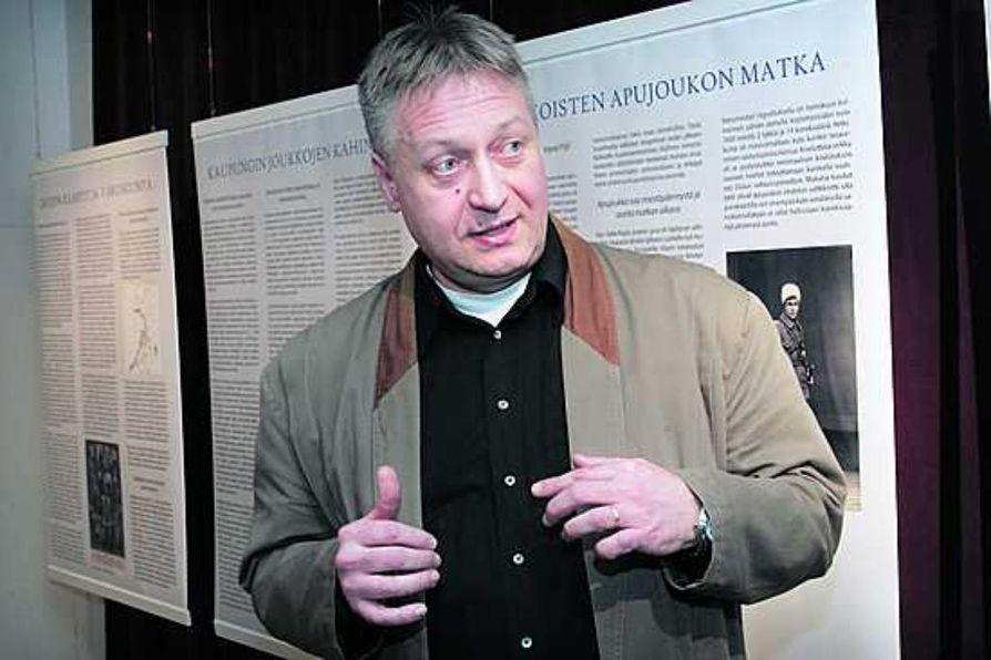 Suomen tykistön ensimmäiset laukaukset ammuttiin Oulun taisteluissa, kertoo tutkija Jarmo Koponen esitellessään Pohjois-Pohjanmaan museossa avattua sisällissodasta kertovaa näyttelyä. Näyttely on avoinna 16. maalisk