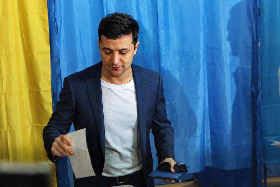 Ukrainan presidentinvaalien varmana voittajana pidetty koomikko Volodymyr Zelenskyi äänesti sunnuntaina Kiovassa.