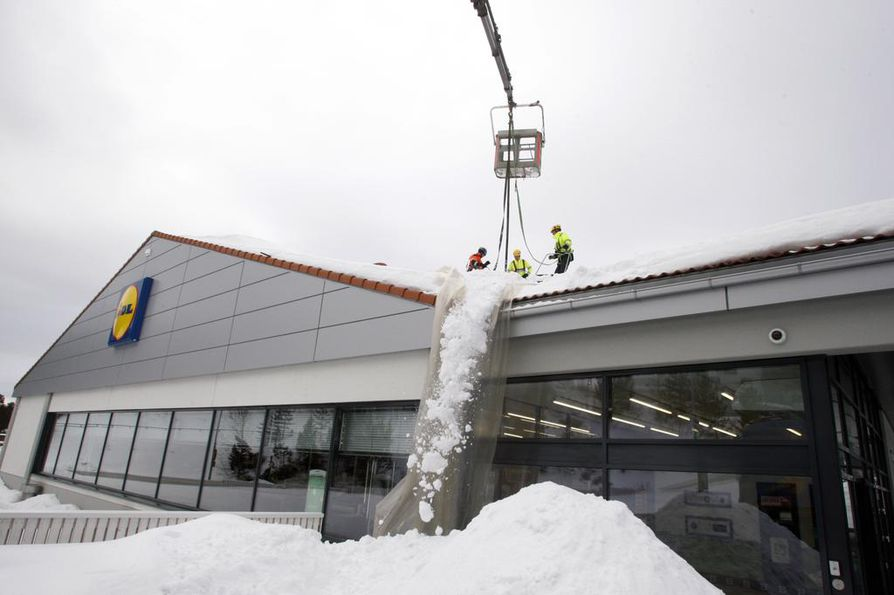 Runsasluminen talvi on lisännyt tarvetta lumenpudotukselle Lidl-myymälöiden katoilla muuallakin kuin Kainuussa. Kajaanin myymälä suljettiin keskiviikkona sisäkatossa havaittujen poikkeamien vuoksi ja avattiin jälleen perjantaina. Nyt liikkeen kulkureiteillä on useita puupilareita. Katto vaatii vielä perusteellisen remontin. Kuva on keskiviikolta.