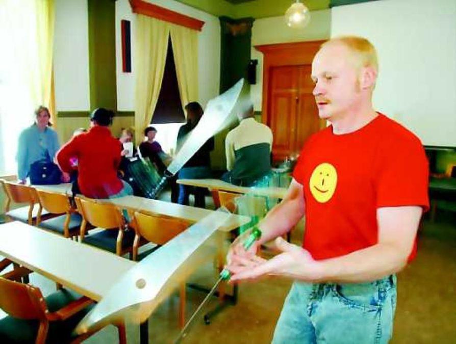Työpajaterää. Lasten ja nuorten teatteripäivien yhteyteen liitetty Luovuus, taide ja kulttuuri kouluissa -koulutuspäivien osallistujat pääsivät sirkustuntumaan Matti Harjun opastuksella.