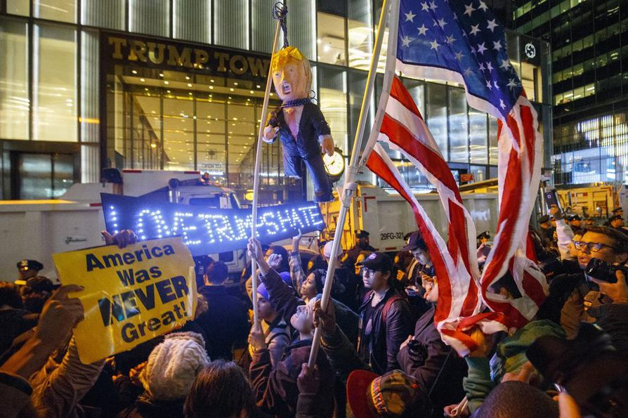 Tuhannet ihmiset protestoivat presidentinvaalin lopputulosta Yhdysvalloissa. New Yorkissa mielenosoittajia kerääntyi Trump Towerin eteen.