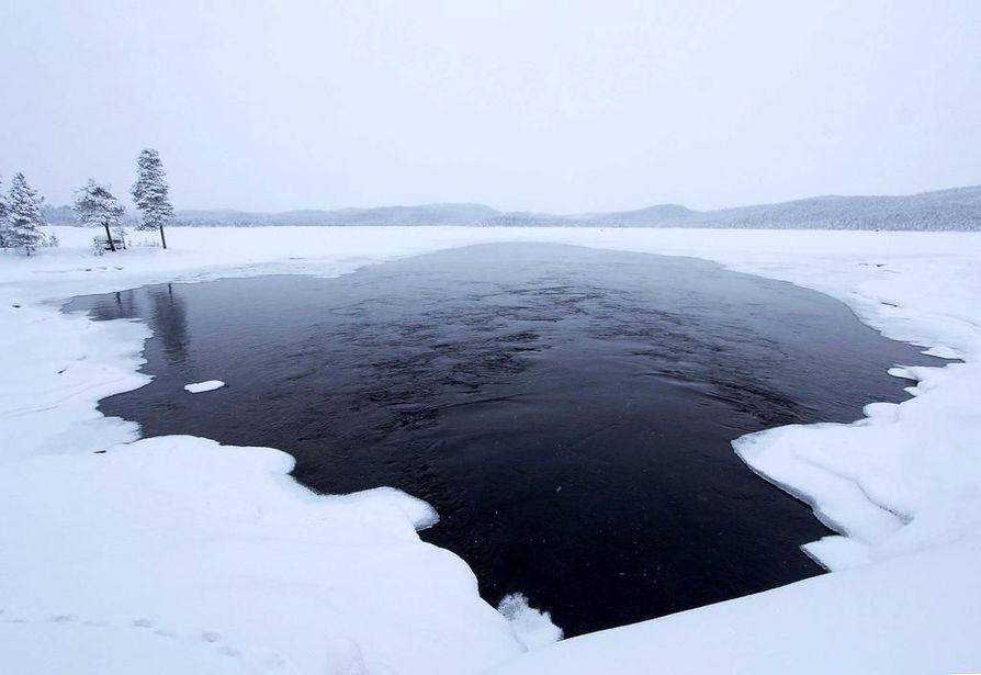 Monin paikoin on jään ja lumen välissä vettä, mikä vaikeuttaa kulkemista. Talvisuliakin löytyy. Tämä on Ukonjärvessä Kirakan voimalaitoksen  virtausta.