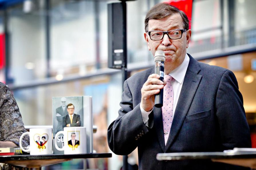 Paavo Väyrynen kampanjoi europarlamenttivaaleissa toukokuussa 2014 mukeja ja kirjoja myyden.