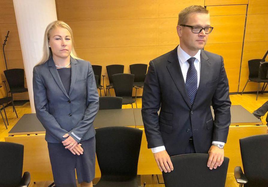 Se härskiys, millä Väyrynen on toiminut, on vailla vertaansa, sanoi kansalaispuolueen nimenkirjoittaja Sami Kilpeläinen. Vieressä Piia Kattelus.