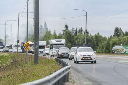 """""""Ruuhkat helpottavat, kun pääsemme pois täältä keskusta-alueelta"""" – autoilijoilta toivotaan nyt malttia ja kärsivällisyyttä Kuusamon tietyömailla"""