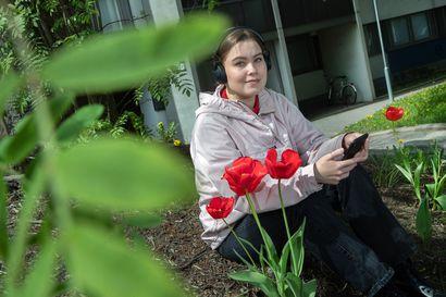 Mitä jos en osaa kuunnella? Aivotutkija kertoo, miksi ja miten äänikirjoja kannattaa käyttää – Ada-Julia Kunnari oppii ja rentoutuu yhdistämällä kuuntelua sekä lukemista
