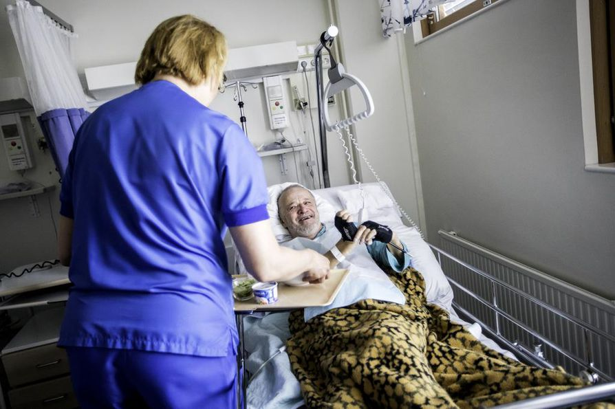 Esko Janhunen kehuu vuolaasti terveydenhuollon henkilökuntaa viisaaksi, lupsakaksi, kauniiksi ja huumorintajuiseksi.