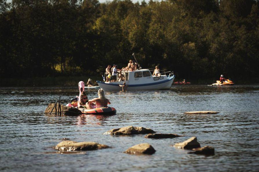Keikkoja seurattiin veneiden lisäksi myös kelluvien uimalelujen päältä.