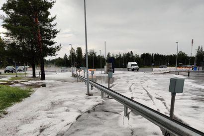 Lukijan kuvat: Maa oli valkeana raekuuron jälkeen lentokentällä  Oulunsalossa – Sadevaroitus koko Oulun seudulle