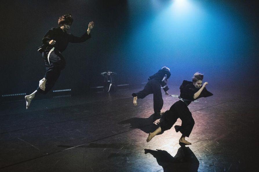 Sunnuntaina esitettävässä I'm Liquid -teoksessa tanssijoilla on budolajeista tutut vyöt, joihin voi tarttua ja käyttää partnerin kehonpainon manipulointiin.