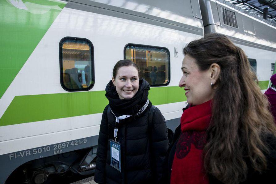 Tamperelainen liikenne- ja viestintäministeri Sanna Marin (vasemmalla) ja tamperelainen kokoomuksen kansanedustaja Anna-Kaisa Ikonen nousemassa junaan viime talvena.