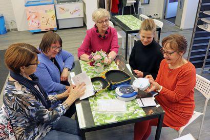 Hilimoilta lahjoituksia kahteen kohteeseen: Sarakylälle sydäniskuri ja työkeskukselle infonäyttö