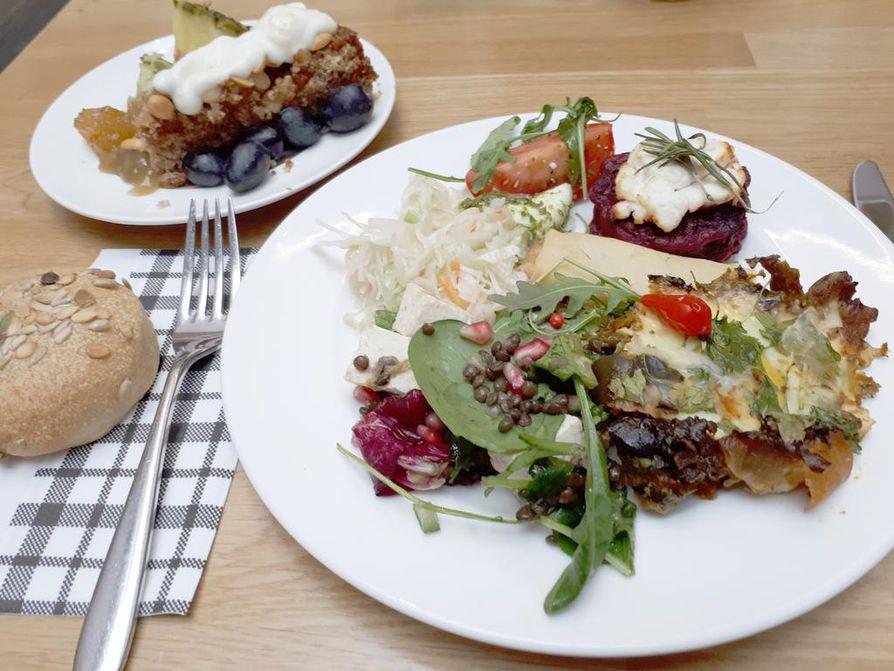 Konst o. Delin sunnuntaibrunssi on niin runsas, ettei lautaselle mahdu kaikkia sortteja. Erityishyviä olivat balsamicomarinoidut herkkusienet sekä punajuurirösti vuohenjuustolla ja tahinijugurtilla.